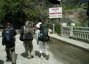 Aku, Ben, dan Vivian di perbatasan Nepal...