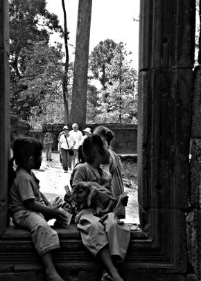 Melihat Jendela Dunia  - Angkor Siemp Reap (Looking trough  the window)