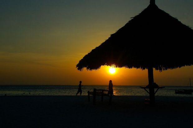 Sejoli di bawah naungan sunset Pantai Kendwa